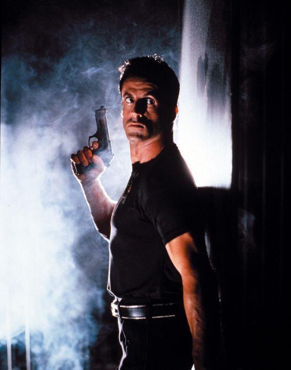 Auf der Jagd nach dem Killer Phoenix: Sergeant John Spartan (Sylvester Stallone) ... - Bildquelle: Warner Brothers International Television Distribution Inc.