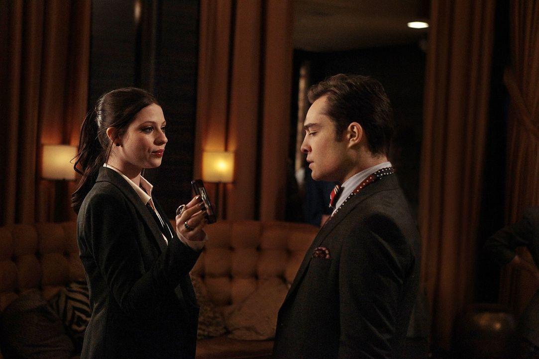 Während Dan auf Georgina (Michelle Trachtenberg, l.) trifft und dabei eine schockierende Entdeckung macht, schleppt Chuck (Ed Westwick, r.) Alessand... - Bildquelle: Warner Bros. Television