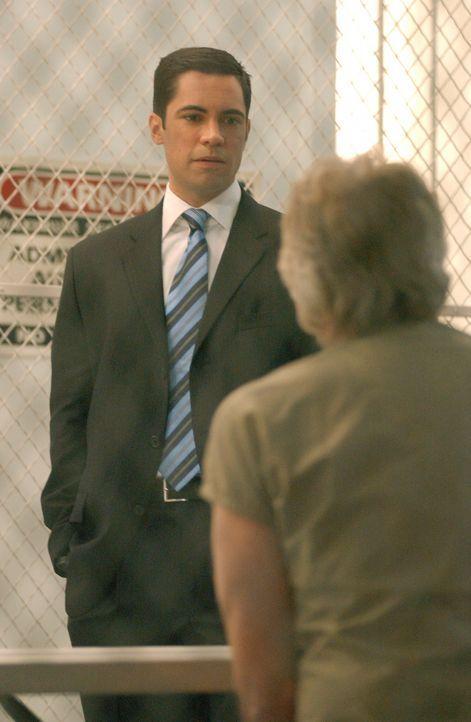 Det. Scott Valens (Danny Pino, l.) versucht herauszufinden, ob der Serienmörder Roy Anthony (Barry Bostwick, r.) auch das Leben von Mike Cahill, de... - Bildquelle: Warner Bros. Television