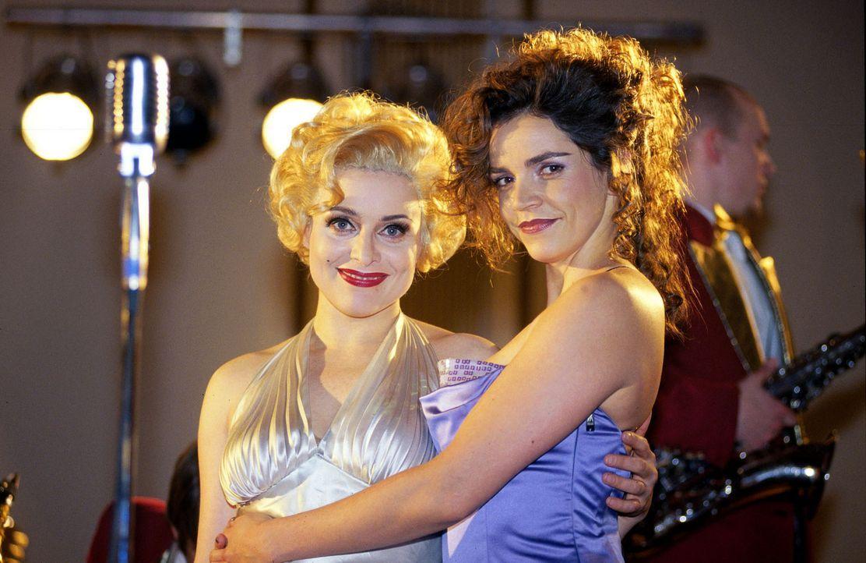 Sandra (Rebecca Immanuel, r.) gratuliert Biene (Isabel Tuengerthal, l.) zu ihrem Auftritt als Marilyn. - Bildquelle: Hardy Spitz Sat.1