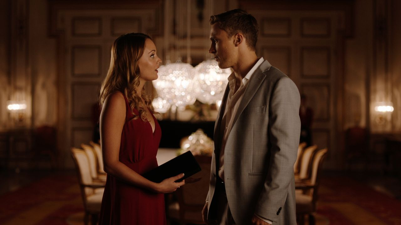 Liam (William Moseley, r.) lädt Kathryn (Christina Wolfe, l.) zum Geburtstagsessen seiner Mutter ein, während Willow dem König von England noch kein... - Bildquelle: 2018 Lions Gate Entertainment Inc. All Rights Reserved.