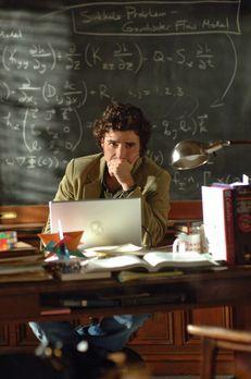 Numb3rs - Charlie (David Krumholtz) arbeitet an einem neuen Fall ... - Bildqu...