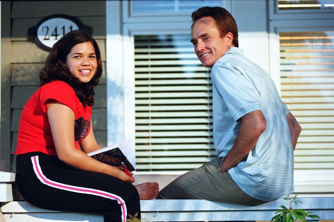 Während Bridget in Mexiko und Lena in Griechenland ist, besucht Carmen (America Ferrera, l.) ihren Vater Al (Bradley Whitford, r.), der seit Jahren... - Bildquelle: Warner Bros.