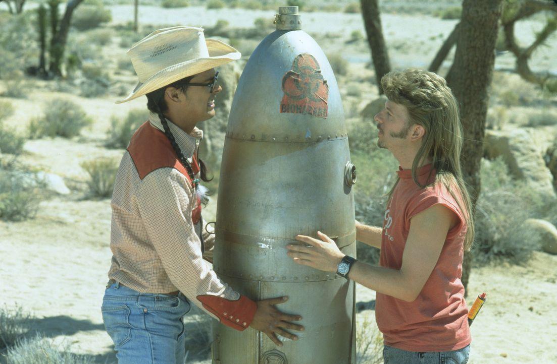 Mit 18 stolpert er über eine Atombombe - oder jedenfalls etwas, was er dafür hält: Joe Dreck (David Spade, r.) ... - Bildquelle: 2003 Sony Pictures Television International. All Rights Reserved.