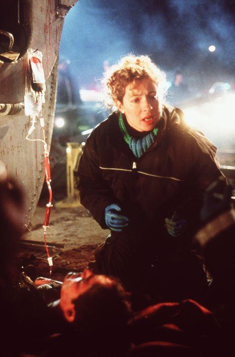Kovac und Carter fliegen zum Unglücksort, wo ein Feuerwehrmann unter einem umgestürzten Waggon eingeklemmt ist. Da ihm wegen des hohen Blutverlusts... - Bildquelle: TM+  2000 WARNER BROS.