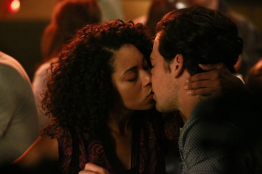 Muss sich Maggie (Kelly McCreary, l.), nachdem sie von ihrem Ex-Freund zur Hochzeit eingeladen wurde, nur ablenken oder haben sie und Andrew (Giacom... - Bildquelle: Mitchell Haaseth ABC Studios