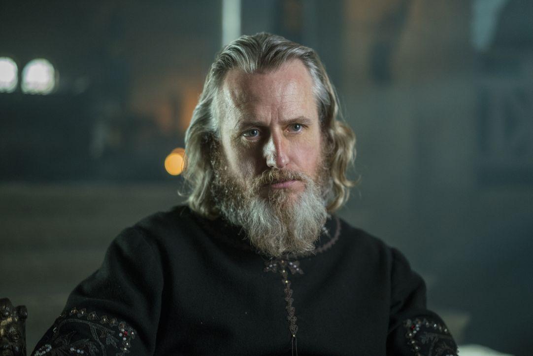 Während Lagertha die Schlacht um Kattegat gewonnen hat, versucht Ragnar eine unerwartete Konzession von König Ecbert (Linus Roache) heraus zu handel... - Bildquelle: 2016 TM PRODUCTIONS LIMITED / T5 VIKINGS III PRODUCTIONS INC. ALL RIGHTS RESERVED.
