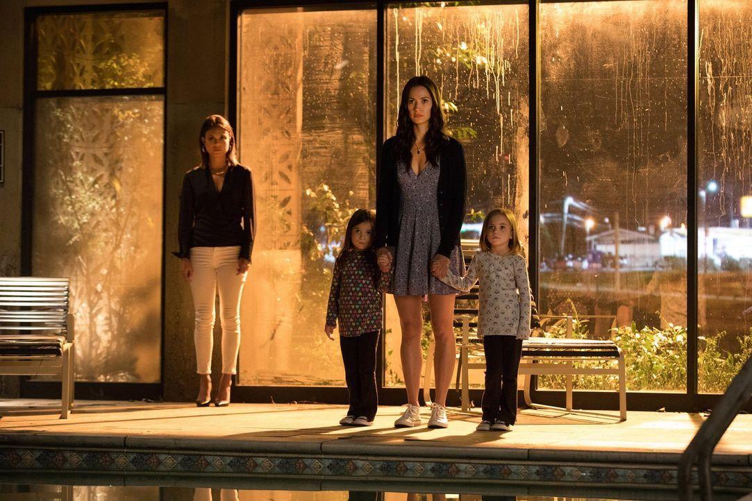 In den Händen der Sirenen Sybil (Nathalie Kelley, l.) und Seline (Kristen Gutoskie, 2.v.r.) sind die beiden Zwillinge Josie (Lily Rose Mumford, 2.v.... - Bildquelle: Warner Bros. Entertainment, Inc.