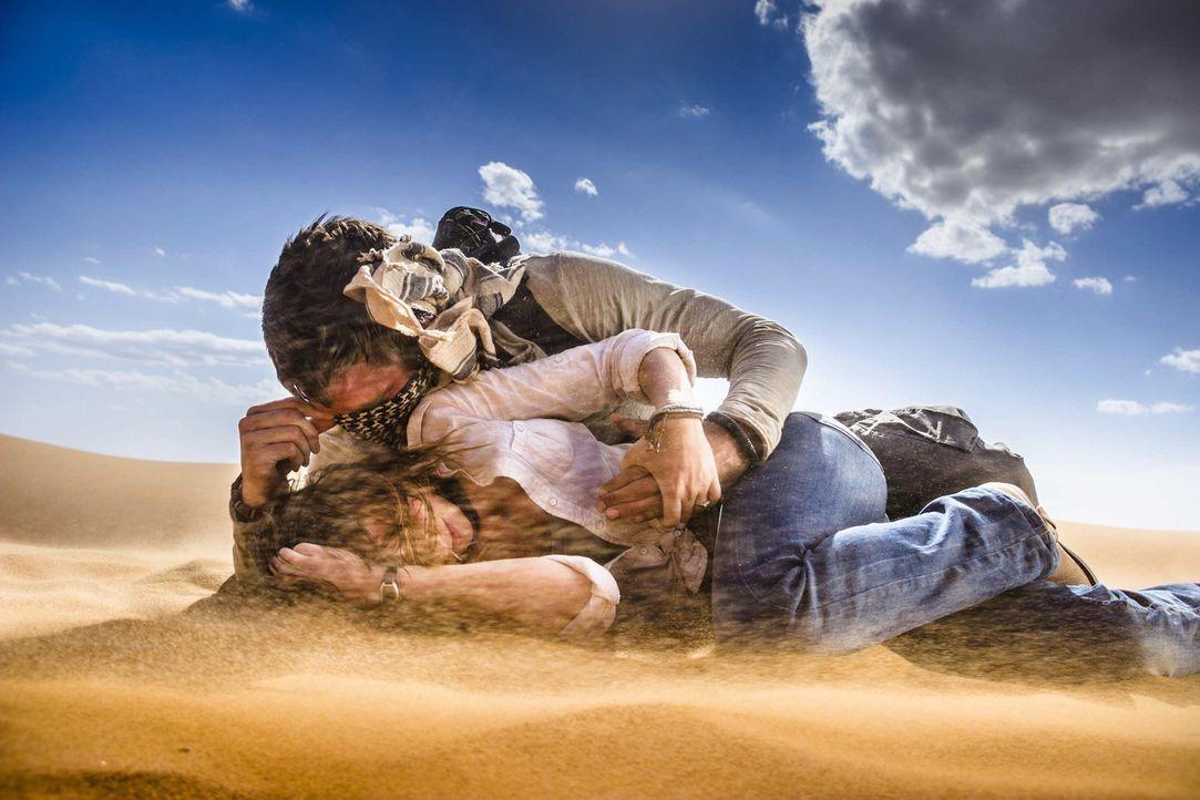 Endlose, brüllend heiße Wüste. Und jetzt braut sich auch noch ein Sandsturm über Lucie (Jennifer Ulrich, unten) und Ben (August Wittgenstein, ob... - Bildquelle: Richard Krause SAT.1