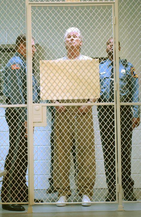 Nach 25 Jahren Haft soll der Serienkiller Roy Anthony (Barry Bostwick, M.) wegen guter Führung entlassen werden ... - Bildquelle: Warner Bros. Television
