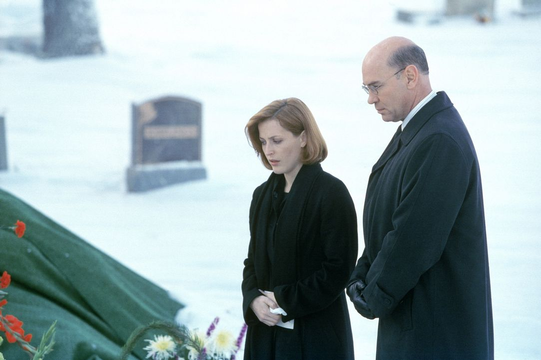 Scully (Gillian Anderson, l.) und Skinner (Mitch Pileggi, r.) trauern an Mulders Grab. - Bildquelle: TM +   2000 Twentieth Century Fox Film Corporation. All Rights Reserved.