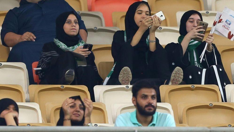 Frauen erstmals beim Fußballspiel in Saudi-Arabien - Bildquelle: AFPSIDSTRINGER