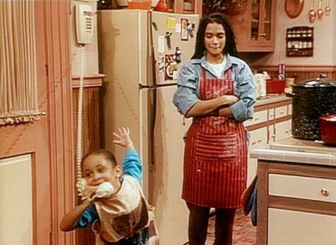 Bill Cosby Show - Stiefmutter Denise (Lisa Bonet, r.) schaut der kleinen Oliv...