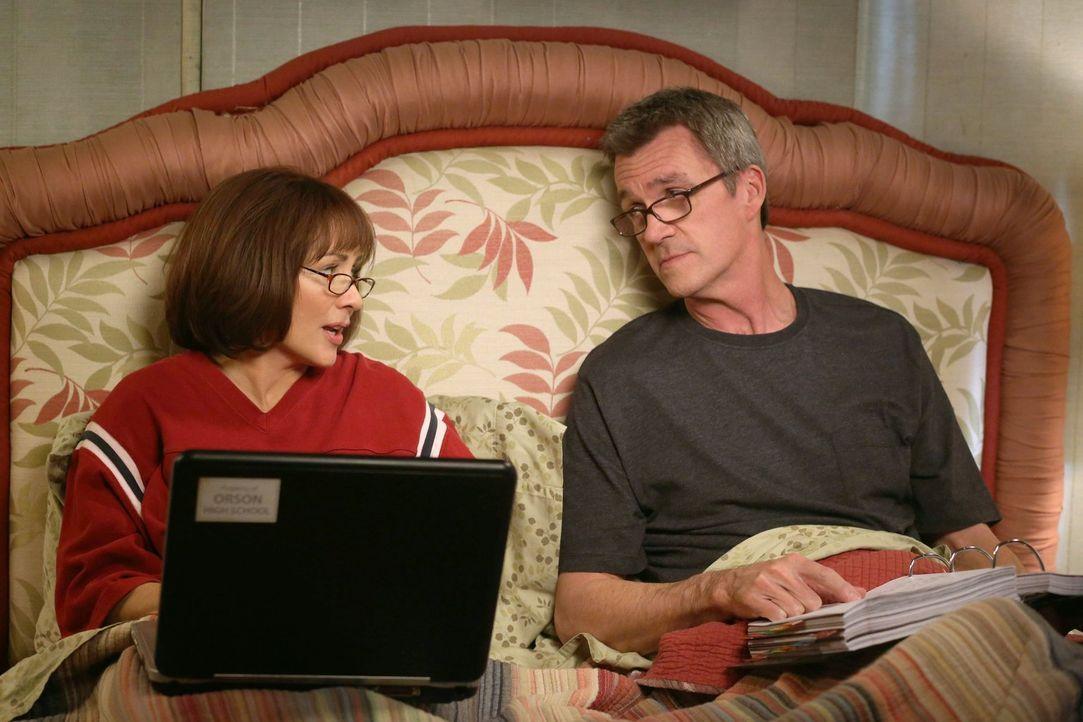 Haben es mir ihren drei verrückten Kindern nicht immer leicht: Frankie (Patricia Heaton, l.) und Mike (Neil Flynn, r.) ... - Bildquelle: Warner Brothers