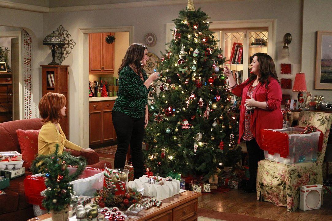 Die Vorbereitungen für Weihnachten laufen auf Hochtouren: Molly (Melissa McCarthy, r.), Victoria (Katy Mixon, M.) und Joyce (Swoosie Kurtz, l.) ... - Bildquelle: Warner Brothers