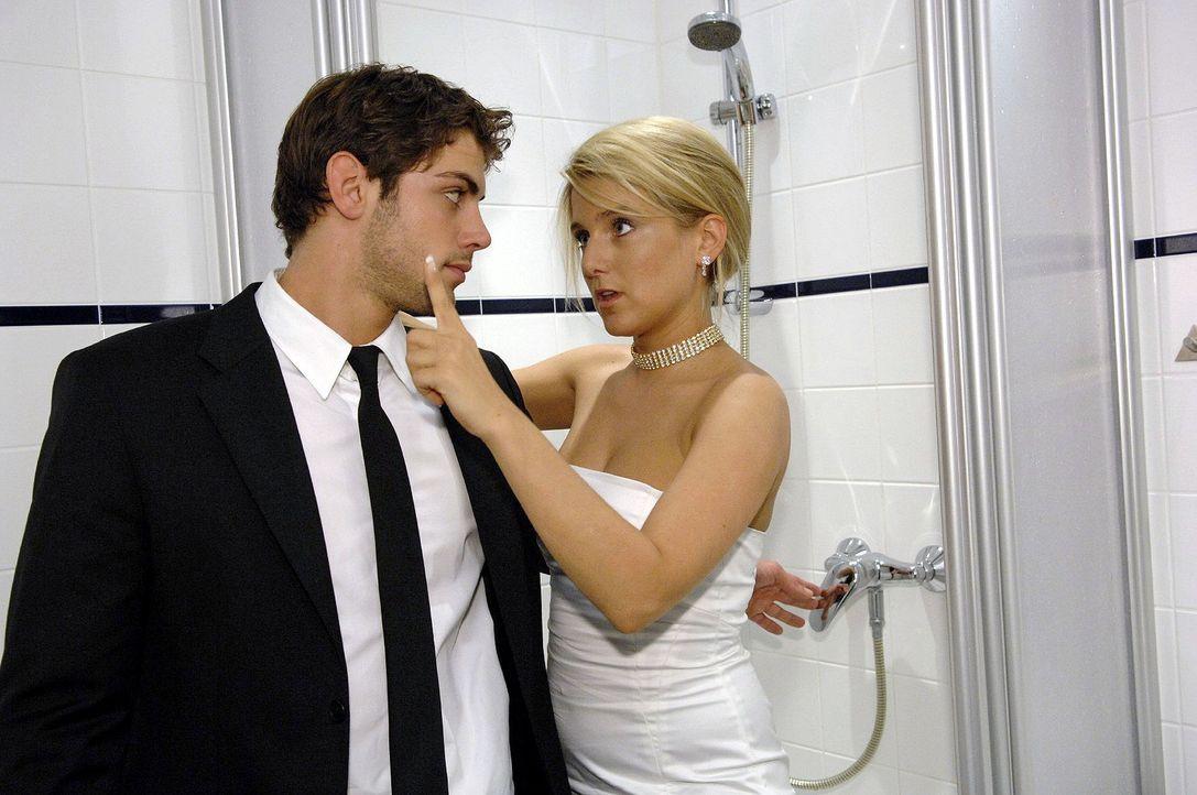 Jonas (Roy Peter Link, l.) stellt die betrunkene Anna (Jeanette Biedermann, r.) kurzerhand unter die kalte Dusche ... - Bildquelle: Oliver Ziebe Sat.1