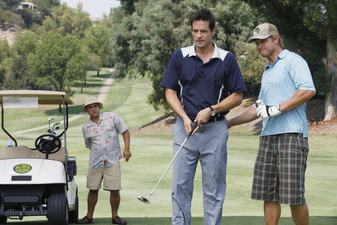 Jules möchte Bobby (Brian Van Holt, r.) etwas aufheitern und deswegen bittet sie Grayson (Josh Hopkins, M.) und Andy (Ian Gomez, l.), mit ihm Golfs... - Bildquelle: 2009 ABC INC.