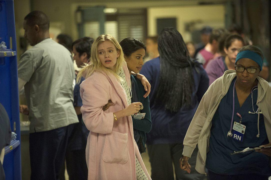 Eigentlich muss Malaya (Melanie Chandra, 2.v.r.) sich um ihre Patientin Sophie (Sara Paxton, l.) kümmern, doch in Gedanken ist sie bei ihrer an Leuk... - Bildquelle: Neil Jacobs 2015 American Broadcasting Companies, Inc. All rights reserved.