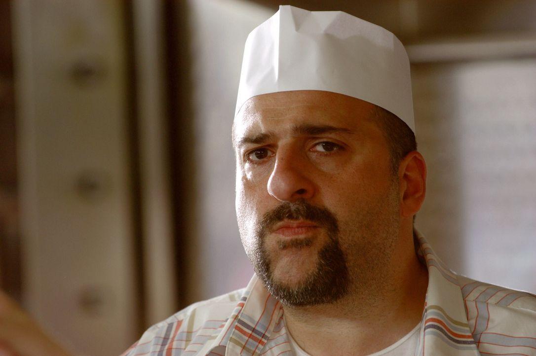 Melik (Omid Djalili) betreibt eigentlich eine Dönerbude, doch am Wochenende filmt er auf Hochzeiten - genau der richtige Mann für Ray und Garys Vorh... - Bildquelle: Warner Brothers International