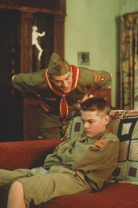 Notfalls mit Gewalt will Dwight Hansen (Robert De Niro, l.) seinem rebellischen Stiefsohn Toby (Leonardo DiCaprio, r.) endlich Manieren beibringen ... - Bildquelle: Warner Bros.