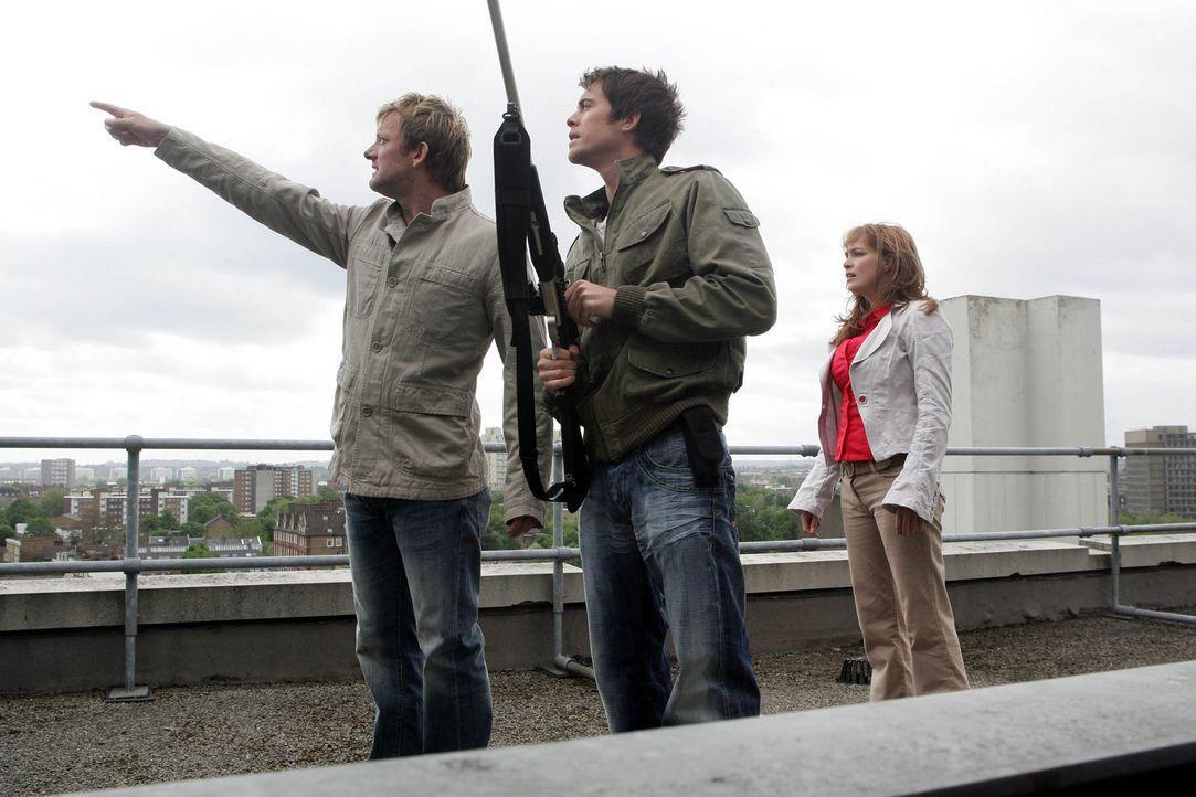 Cutter (Douglas Henshall, l.), Stephen (James Murray, M.) und Claudia (Lucy Brown, r.) vermuten, dass ein Pteranodon für den tödlichen Angriff auf... - Bildquelle: ITV Plc