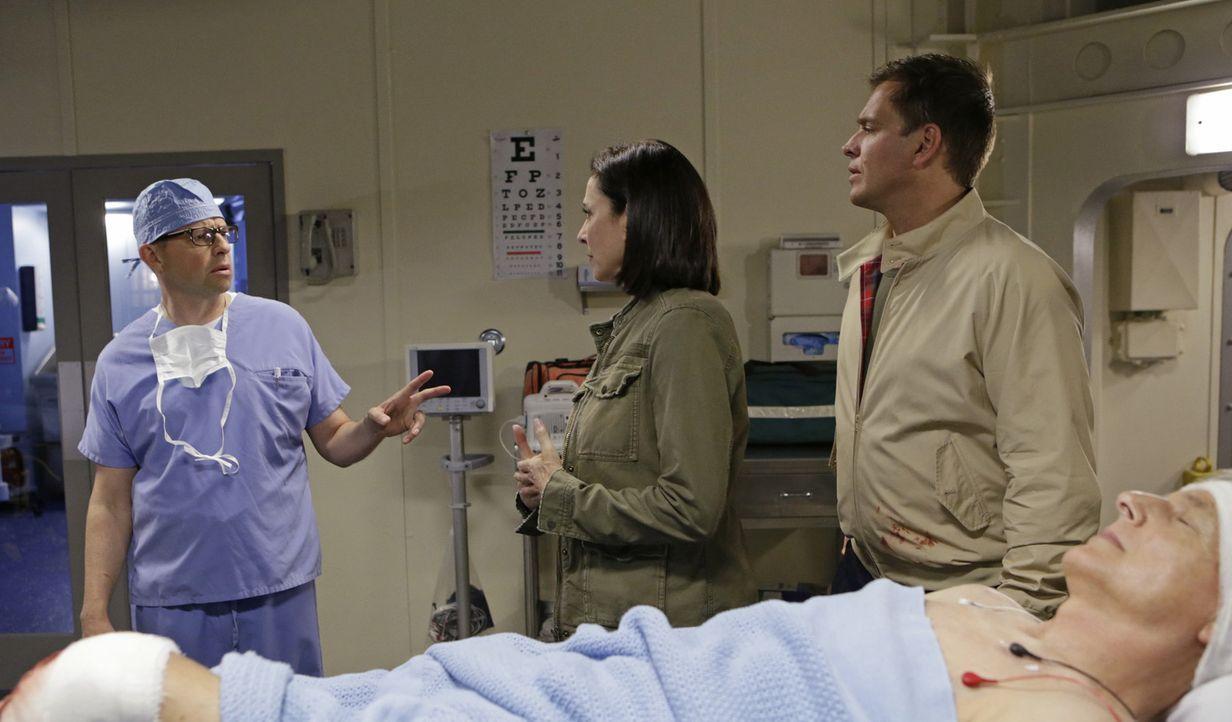 Nachdem Gibbs (Mark Harmon, liegend) angeschossen wurde, machen sich CIA Officer Joanna Teague (Mimi Rogers, M.) und DiNozzo (Michael Weatherly, r.)... - Bildquelle: Sonja Flemming CBS Television