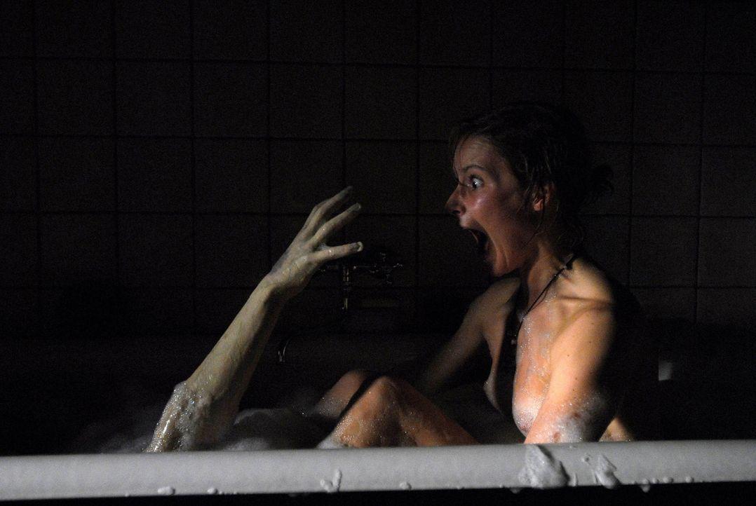 """Todesangst: In der Badewanne wird Helma (Teresa Weißbach) vom """"Gonger""""heimgesucht ... - Bildquelle: Uwe Ernst ProSieben"""