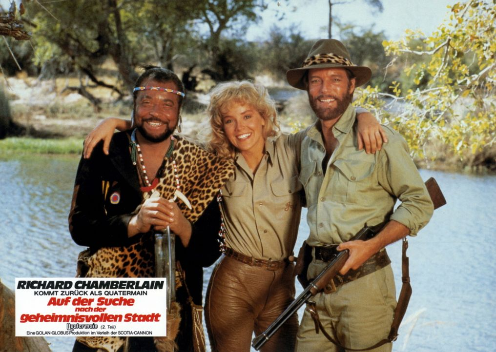Umslopogaas (James Earl Jones, l.), Quatermain (Richard Chamberlain, r.) und Jesse (Sharon Stone, M.) müssen vielfältige Gefahren überstehen  ... - Bildquelle: Cannon Films