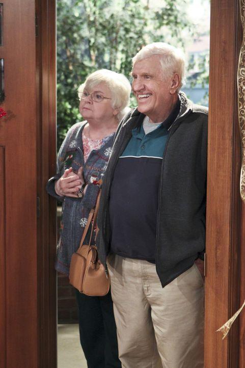 Kurz vor Weihnachten tauchen Blanche (June Squibb, l.) und Bud (Jerry Van Dyke, r.) bei den Millers auf und bringen ordentlich Wind in die ruhige Fe... - Bildquelle: 2013 CBS Broadcasting, Inc. All Rights Reserved.