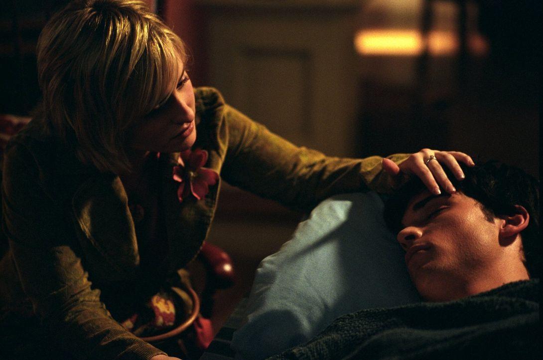 Chloe (Allison Mack, l.) macht sich große Sorgen um Clark (Tom Welling, r.) ... - Bildquelle: Warner Bros.