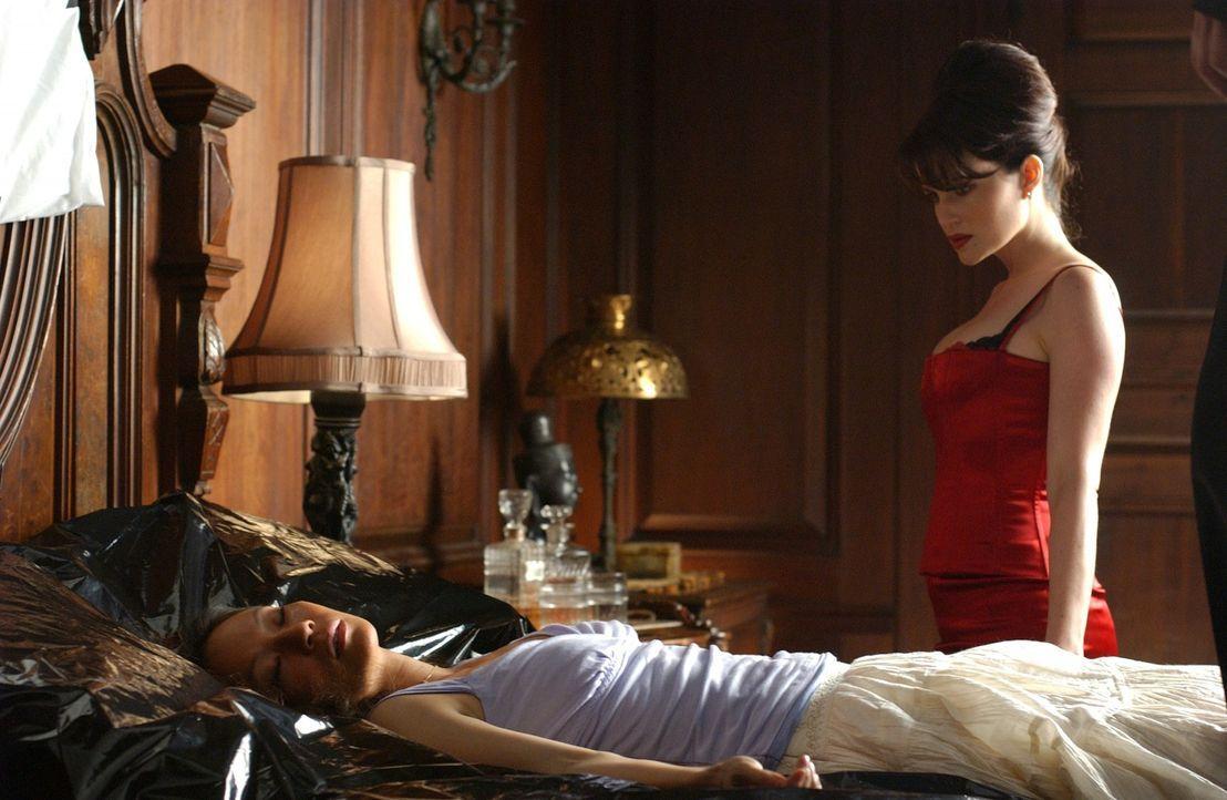 Zunächst ist Eve (Carla Gugino, r.) fest davon überzeugt, dass Reporterin Sadie Blake (Lucy Liu, l.) ziemlich harmlos ist und schon bald das zeitl...