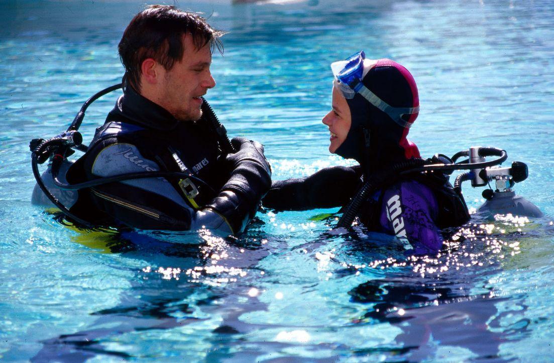 Nina (Mira Bartuschek, r.) hat sich in ihren Tauchlehrer Steve (Ken Duken, l.) verliebt. Doch kann sie ihm trauen? - Bildquelle: Sat.1
