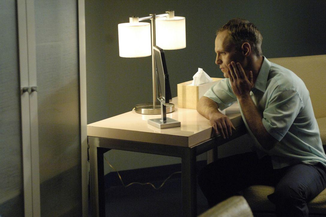 Granville Trapp (Erik Passoja) sucht McNamara/Troy auf und möchte, dass sein durch AIDS ziemlich eingefallenes Gesicht wiederhergestellt wird ... - Bildquelle: TM and   2005 Warner Bros. Entertainment Inc. All Rights Reserved.