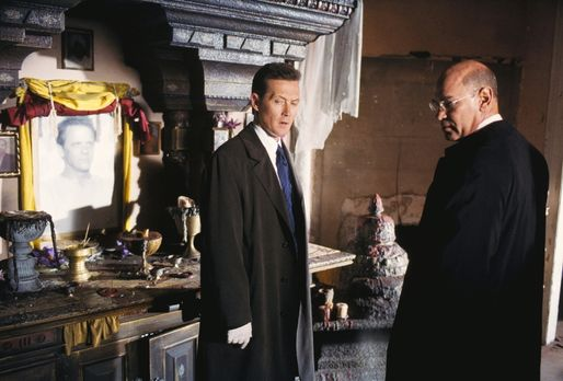 Doggett (Robert Patrick, l.) und Skinner (Mitch Pileggi, r.) wollen den Mord...