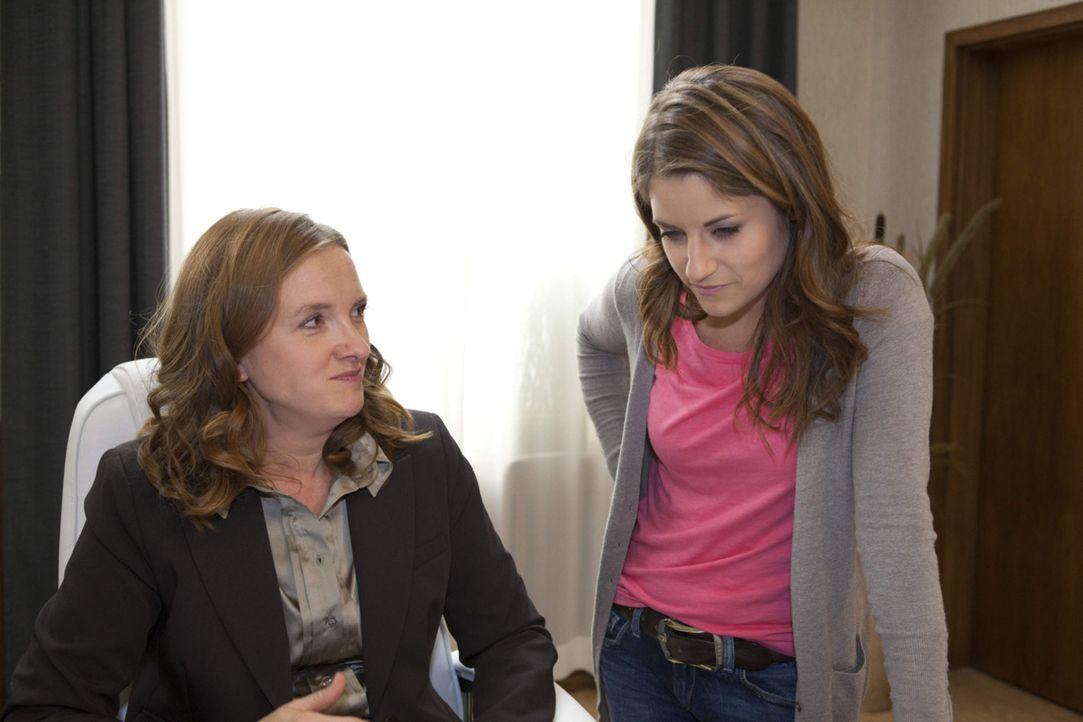 Gabriele (Marie Schneider, l.) setzt Bea wegen (Vanessa Jung, r.) der Musik AG unter Druck ... - Bildquelle: David Saretzki SAT.1