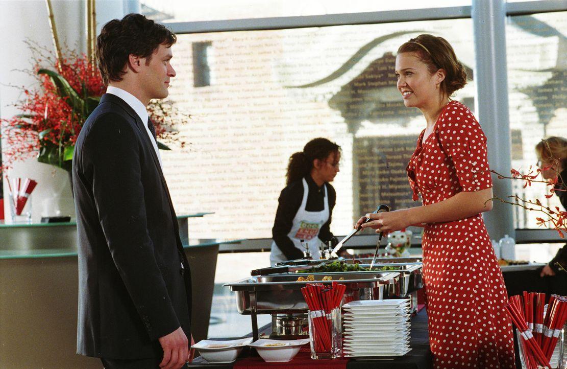 Ist Millys (Mandy Moore, r.) Traummann der verantwortungsvolle Architekt Jason (Tom Everett Scott, l.) oder doch eher der unkonventionelle Rocker Jo... - Bildquelle: Warner Brothers