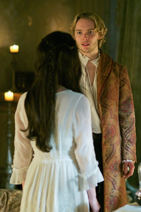 Was sie zusammen bringen sollte, scheint sie noch mehr zu entzweien: Mary (Adelaide Kane, vorne) und Francis (Toby Regbo, hinten) ... - Bildquelle: Sven Frenzel 2014 The CW Network, LLC. All rights reserved.