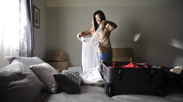 Julie Scully (Chantal Forde) lässt ihren Mann und ihr Baby in New Jersey zurü...