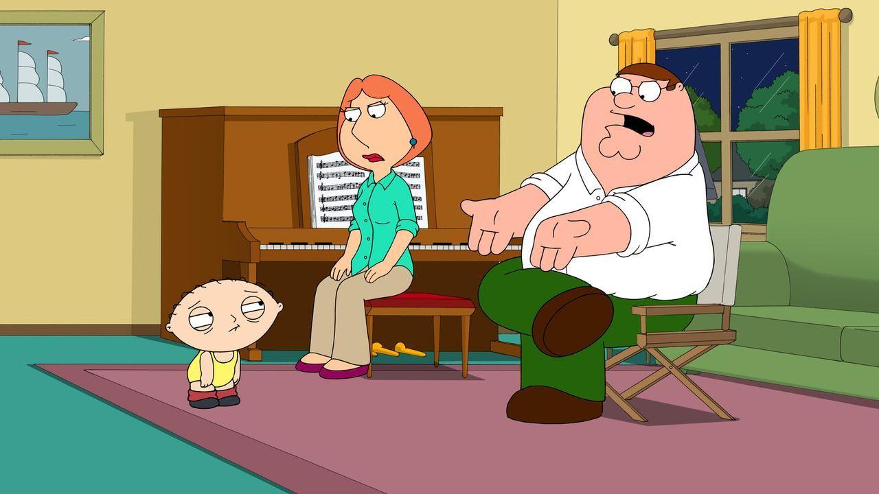 Peter (r.) und Lois (M.) erhoffen sich eine große Schauspielkarriere für ihren Sohn Stewie (l.) und zwingen ihn deshalb, dass er mit ihnen üben muss... - Bildquelle: 2015-2016 Fox and its related entities. All rights reserved.