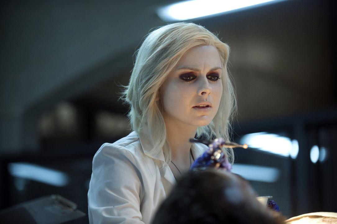 Während Liv (Rose McIver) ein fast verrottetes Gehirn trinken muss, macht Blaine Bekanntschaft mit einem Menschen aus Livs nahem Umfeld ... - Bildquelle: Warner Brothers