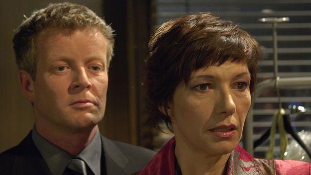 Klaus Herbolz (Michael Schiller, l.) informiert Olivia (Raphale Dell, r.) übe...