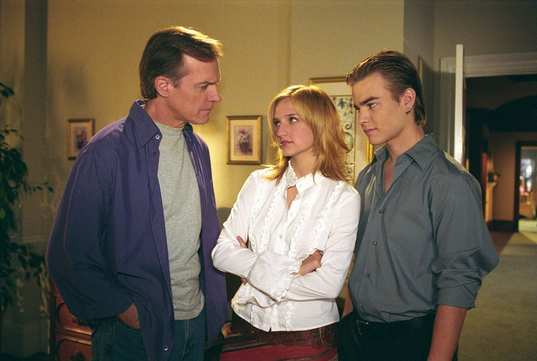 Eric (Stephen Collins, l.) steht Simon (David Gallagher, r.) und Cecilia (Ashlee Simpson, M.) mit Rat und Tat zur Seite, auch wenn es um sehr intime... - Bildquelle: The WB Television Network
