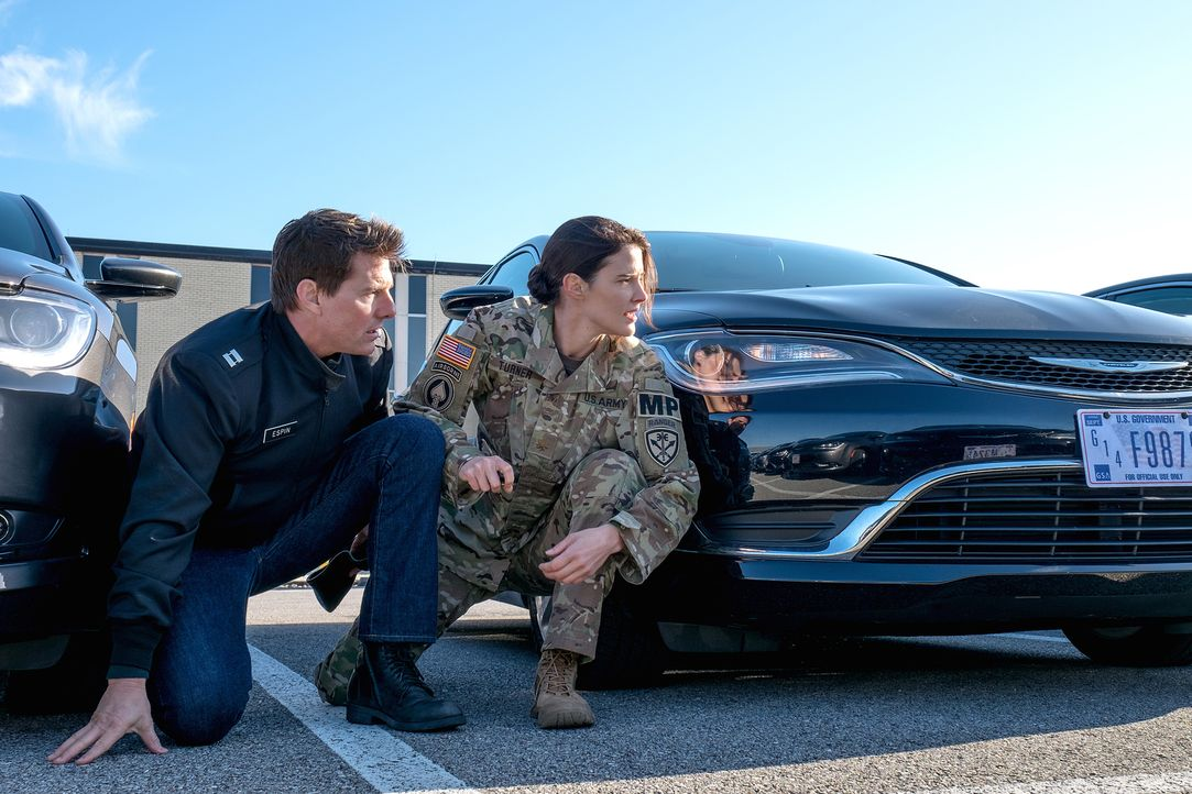 Als sich der ehemalige Militärpolizist Jack Reacher (Tom Cruise, l.) in Virginia mit seiner Nachfolgerin Major Susan Turner (Cobie Smulders, r.) tre... - Bildquelle: Chiabella James 2016 PARAMOUNT PICTURES.  ALL RIGHTS RESERVED.