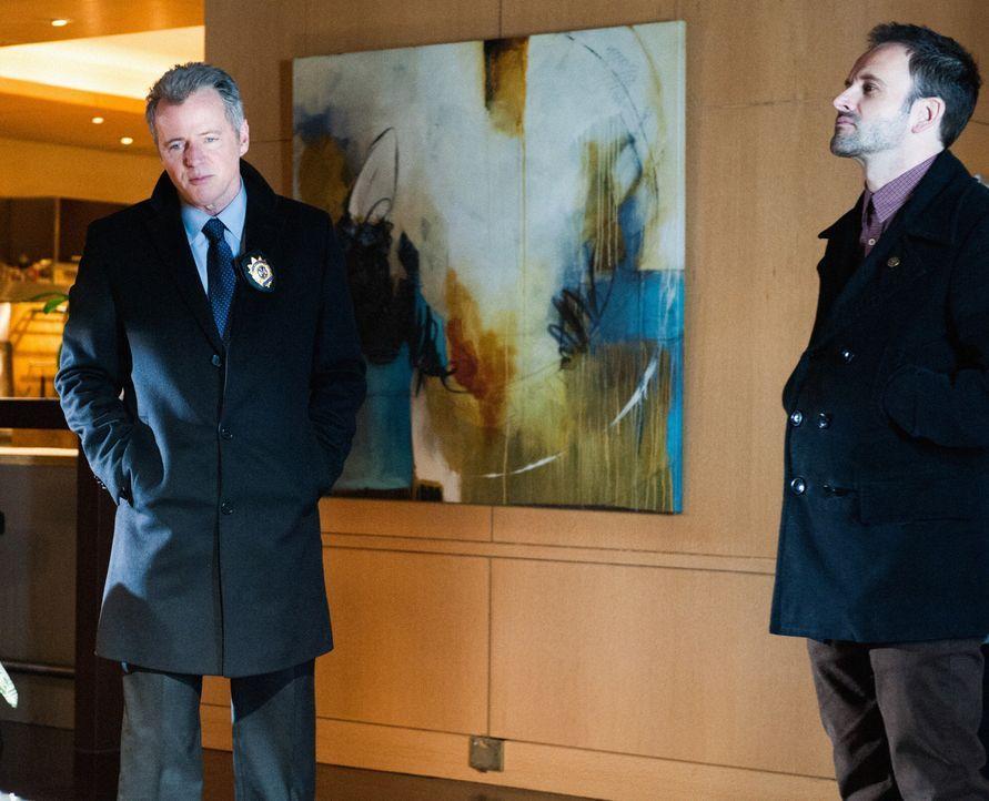 Arbeiten an einem neuen Fall: Sherlock (Jonny Lee Miller, r.) und Gregson (Aidan Quinn, l.) ... - Bildquelle: CBS Television