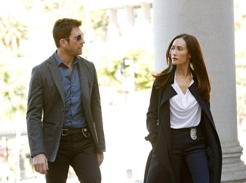 Müssen einen Stalker stoppen, der den Bürgermeister der Stadt belästigt: Beth (Maggie Q, r.) und Jack (Dylan McDermott, l.) ... - Bildquelle: Warner Bros. Entertainment, Inc.