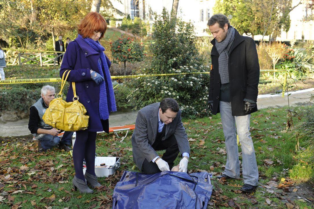 Als eine Frauenleiche im Park entdeckt wird, ahnen Chloé (Odile Vuillemin, l.), der Doc (Guillaume de Tonquedec, M.) und Matthieu (Guillaume Cramois... - Bildquelle: 2008 - Beaubourg Audiovisuel/BeFilms/RTBF (Télévision Belge)