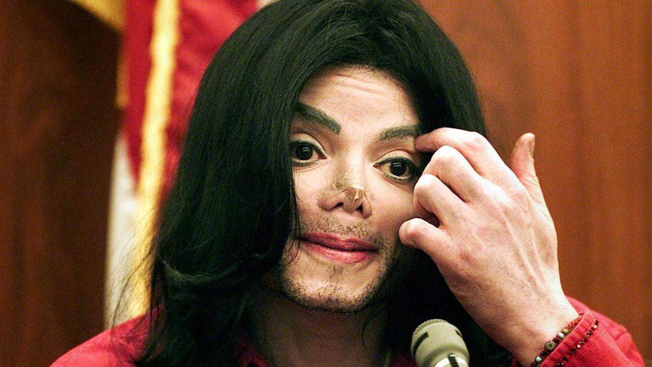 Michael Jackson 2002 bei einem Gerichtstermin  - Bildquelle: AFP