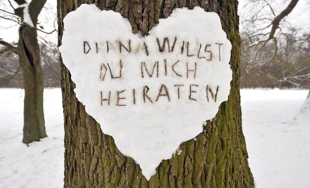 Heiratsantrag-Herz-dpa - Bildquelle: dpa