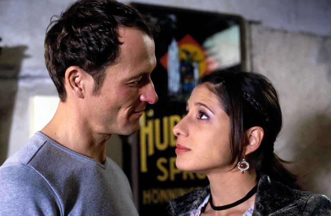 Langsam kommen sich Enno (Markus Knüfken, l.) und Emily (Isabella Parkinson, r.) näher. Sie warnt ihn aber gleich zu Beginn, dass er sie nie belügen... - Bildquelle: Uwe Stratmann Sat.1