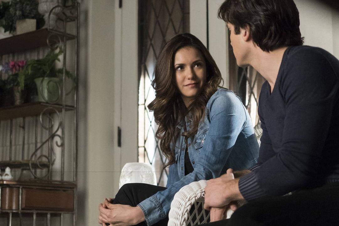 Damon (Ian Somerhalder, r.) quält sich mit dem Gedanken, ob er Elena (Nina Dobrev, l.) vom Heilmittel erzählen soll und wie das Leben mit einer mens... - Bildquelle: Warner Bros. Entertainment, Inc